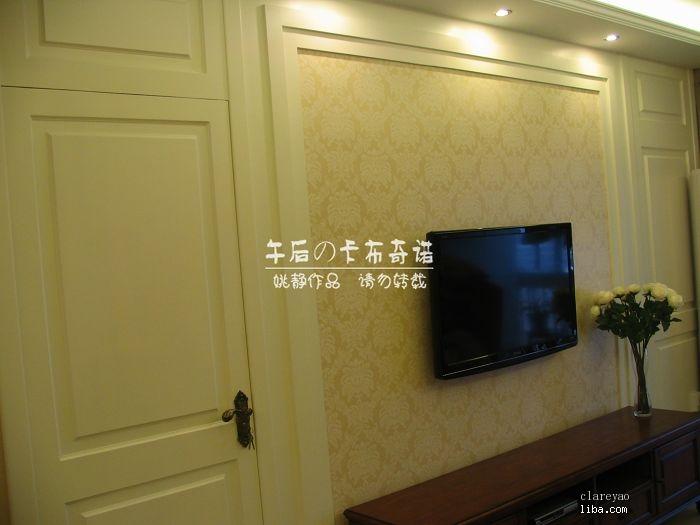 建议还是木门,收口及边框都要用木的。门还是普通的开门,在视觉上做成与整面电视背景墙一致。门缝处理,对称的那边以同样的线条体现。整个背景以实框与虚框体现。